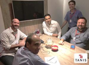 sala de reunião com homens para discutir com a nossa equipe uma nova tecnologia para aumentar a eficiência operacional da logística da empresa, o RFID